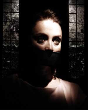 Kurban Yönetmen: Saydam Yeniay tiyatro oyun eleştirisi Belgin Elçioğlu Belgin Elçioğlu