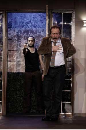 Kurban oyuncu Aydın Şentürk Erdoğan Aydemir tiyatro oyun eleştirisi Belgin Elçioğlu Belgin Elçioğlu