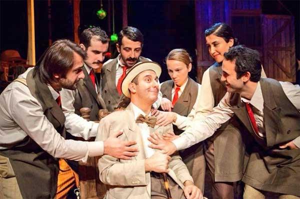 Arturo Ui'nin Önlenebilir Tırmanışı tiyatro adam oyun eleştirisi Belgin Elçioğlu Belgin Elçioğlu